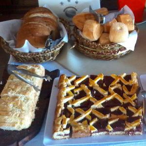 Foto de pastafrola en mesa de desayuno de hotel